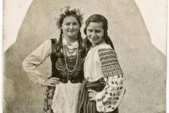 """K.Kirschówna i J. Urodzianka w zespole tańczącym tańce polskie """"Od Karpat po Bałtyk"""" 1936 r."""