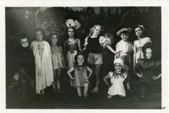 """Przedstawienie """"Wiosna.Dzieci.Kwiaty"""" rok 1955"""