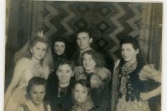"""Przedstawienie """"Za górami, za  lasami"""", rok 1945r"""