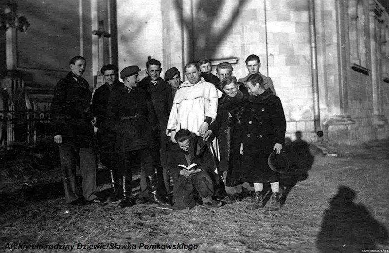 Kółko-ministrantów-w-Tarnobrzegu-1944-r.