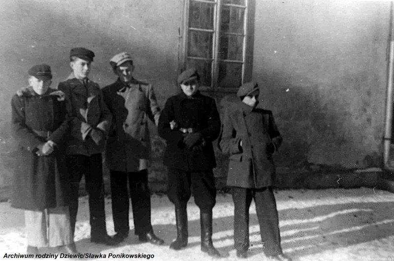 Kółko-ministrantów-w-Tarnobrzegu-1944-r.b