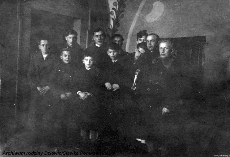 Kółko-ministrantów-w-Tarnobrzegu-1944-r.d