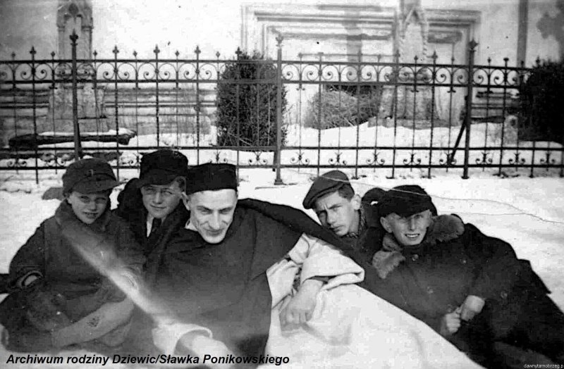 Kółko-ministrantów-w-Tarnobrzegu-1944-r.f