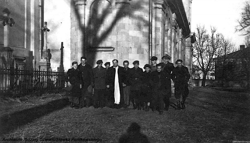 Kółko-ministrantów-w-Tarnobrzegu-1944-r.g