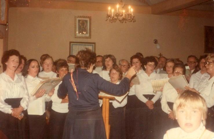 1997 chor_śpiewa_w_Mokrzyszowie