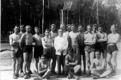 Drużyna koszykówki z tarnobrzeskiego gimnazjum 16 maja 1934 r.